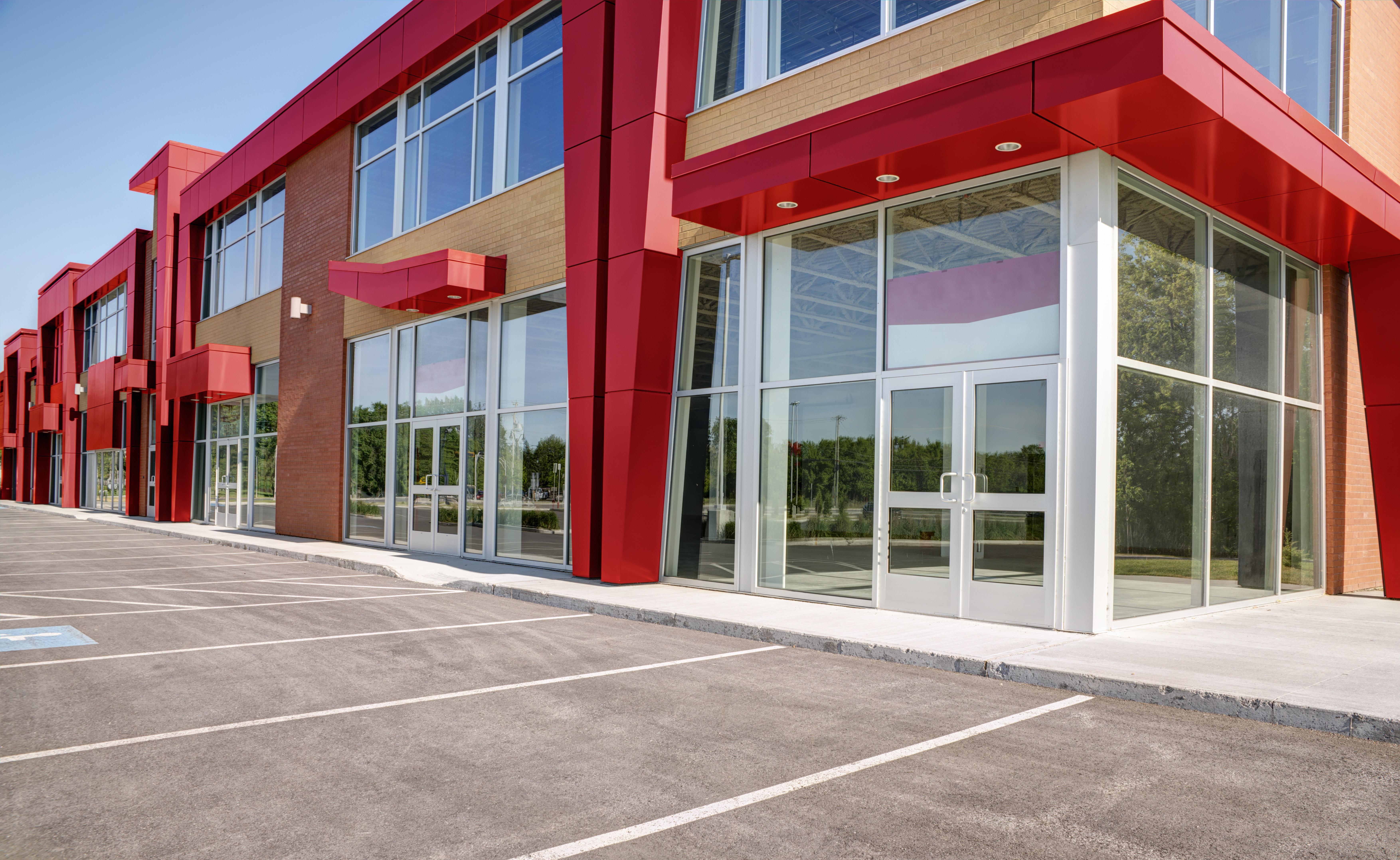 Byggnad med röd fasad och stora fönster