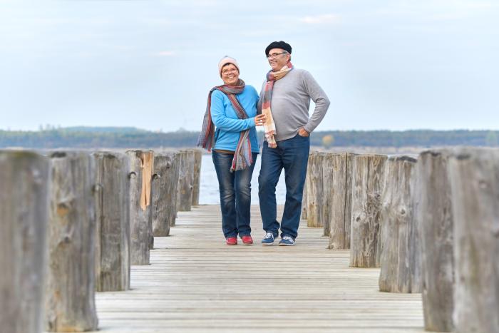 Par promenerar på brygga