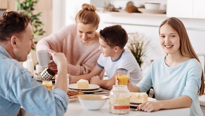 Familj sitter vid köksbord